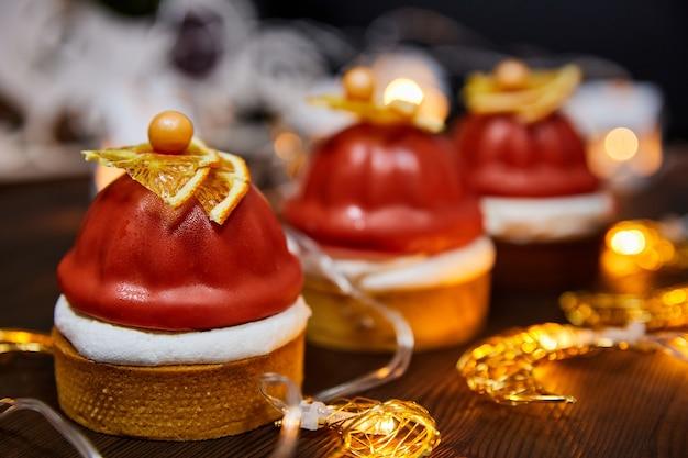 Рождественские торты из песочных тарталеток малинового конфи мусс маскарпоне со светящимися гирляндами