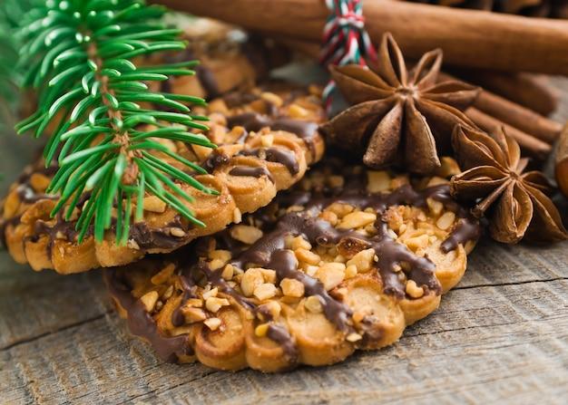 Рождественские торты на коричневом деревянном фоне