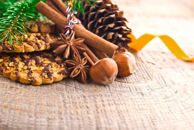 茶色の木製の背景にクリスマスケーキ