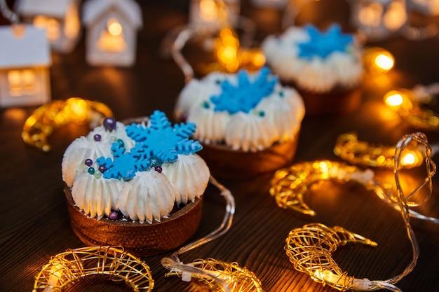 チョコレートサンドタルトチェリーコンポートバニラガナッシュと輝く花輪のクリスマスケーキ