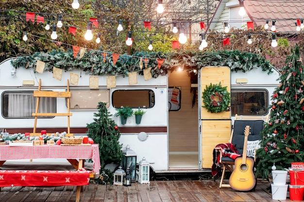 クリスマスキャンプ。クリスマスのトレーラーの装飾。