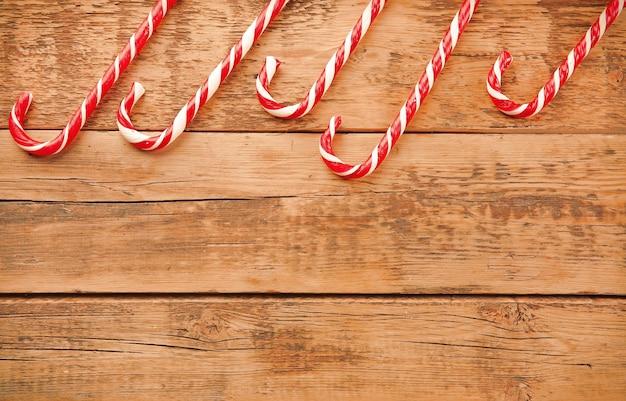 木製の背景にクリスマスキャンディー
