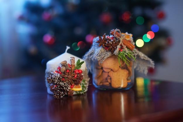 クリスマスキャンドルとクッキー付きの銀行。クリスマスと新年の装飾