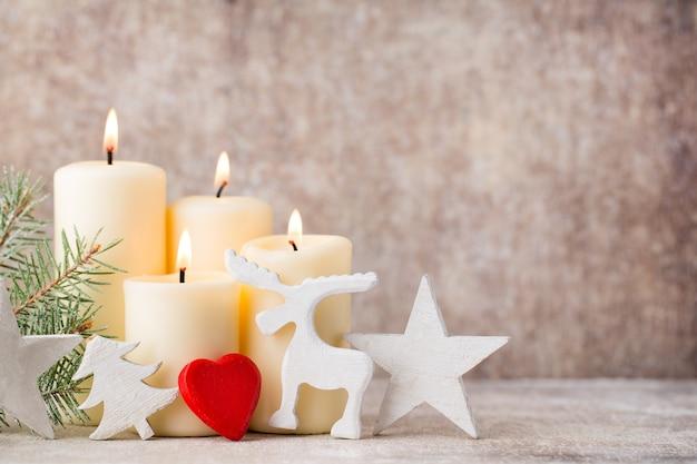 クリスマスのキャンドルとライト。クリスマスの背景。