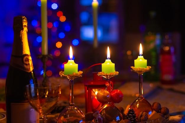 휴일 테이블에 크리스마스 촛불