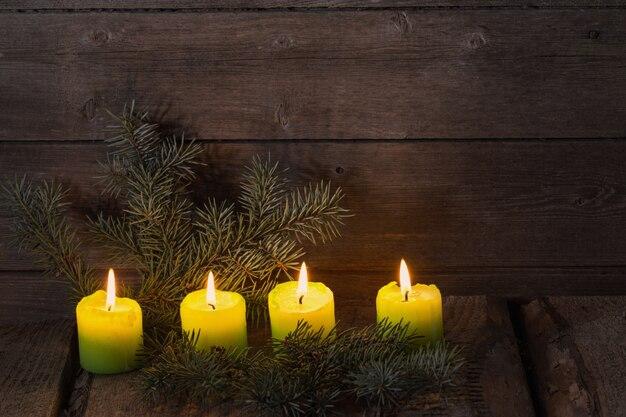 木製の背景にクリスマスキャンドル