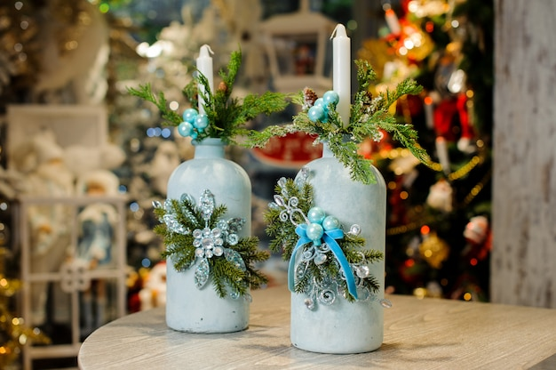 モミの木とビーズで飾られた青いボトルの形でクリスマスローソク足