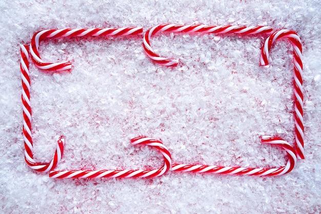 雪の上のクリスマスキャンデー杖フレーム