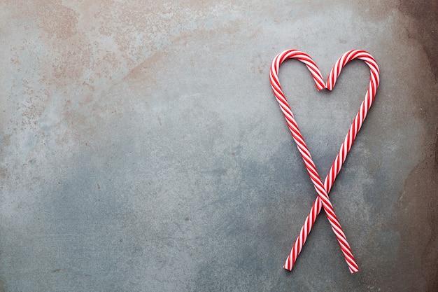 크리스마스 캔디 지팡이 파란색 배경에 거짓말. 평평하고 평면도.