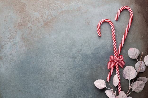 クリスマスのキャンディケインは青い背景に嘘をついた
