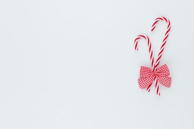 파란색 배경에 크리스마스 캔디 지팡이 거짓말
