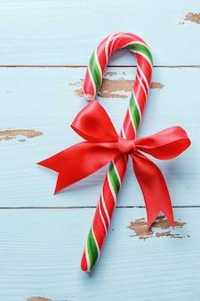 木製の表面にクリスマスキャンディケイン