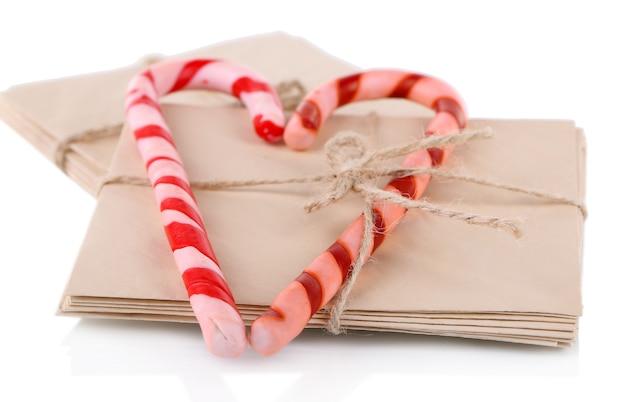 クリスマスのキャンディケインとサンタの手紙、白で隔離