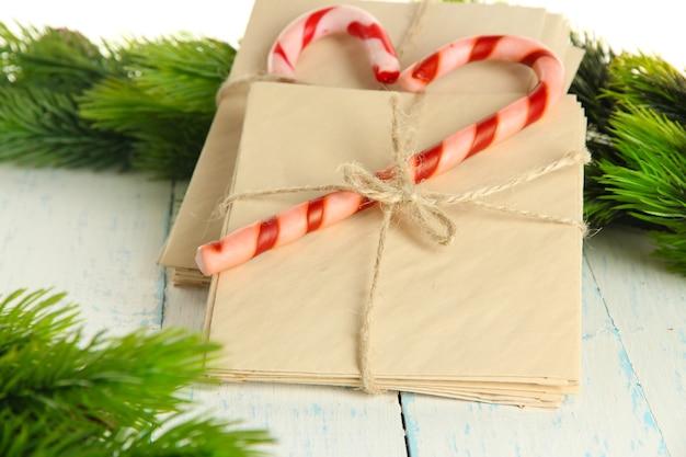 クリスマスのキャンディケインとサンタの手紙、色の木製の背景