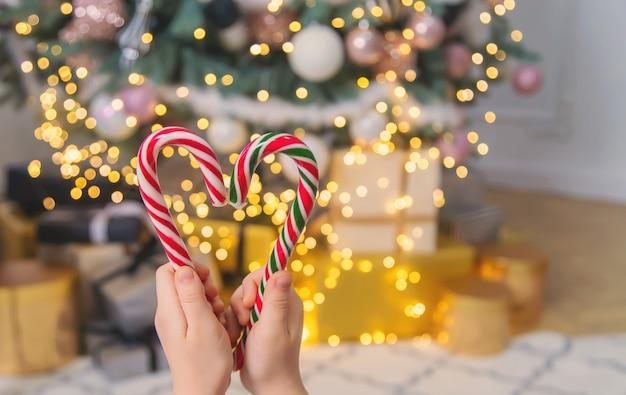 子供の手にクリスマスキャンディケイン。セレクティブフォーカス。ホリデー。