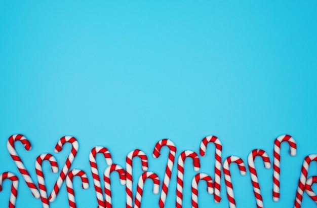 パステルブルーの背景にクリスマスキャンディケイン