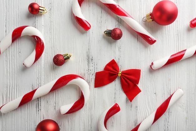 テーブルのクローズアップのクリスマスキャンディケイン