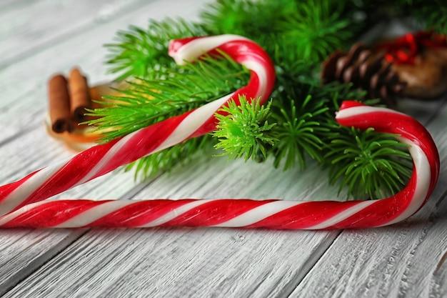 木製のテーブルのクローズアップのクリスマスキャンディケイン