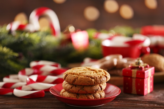 明るい表面のテーブルにクリスマスの装飾が施されたクリスマスキャンディケイン