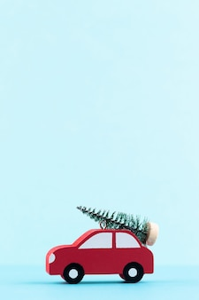 Рождественский автомобиль на фоне пастельных тонов. рождество или новый год минимальная концепция.