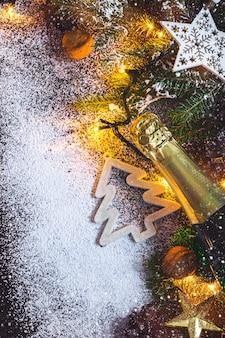 クリスマスのモミとシャンパンとクリスマスカードの背景。