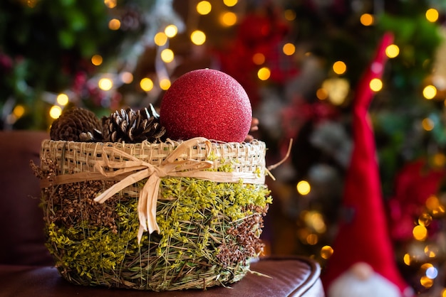 Рождественская открытка. коробка с шариками и конусами