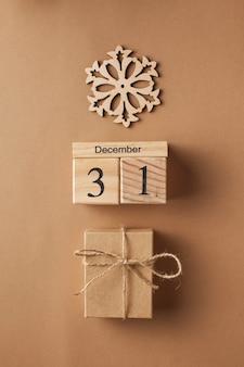 12월과 눈송이에 크리스마스 카드 크리스마스 선물 상자 나무 달력