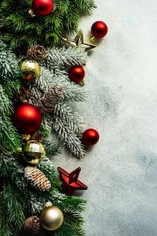 Рождественская открытка с елкой и декором на бетонной поверхности с копией пространства