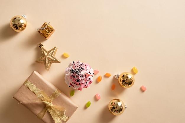 ギフトボックス、飾り、キャンディーのクリスマスカードカップケーキ