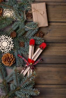クリスマスカードモミと円錐形の木と新年の装飾