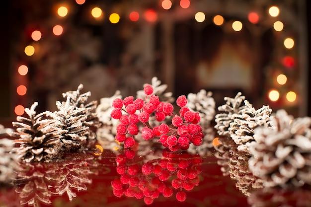 クリスマスカード。ボケ味のバンプと雪に覆われたナナカマドと新年の背景