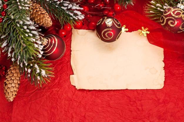 Рождественская открытка на красном фоне