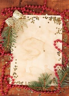 木製のテーブルの上のクリスマスカード