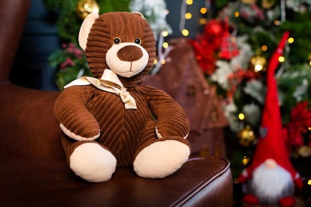 Рождественская открытка. плюшевый мишка, елочные игрушки.