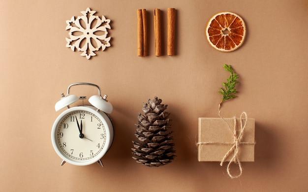Новогодняя открытка концепция приготовления подарка своими руками в канун нового года и рождества
