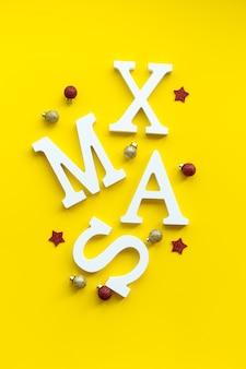 お祝いの背景にクリスマスカードの白いxmas文字。