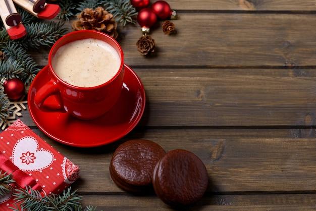 赤いカップとギフトボックスにコーヒーとクリスマスカード