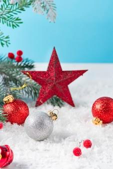 装飾されたクリスマススターと明るい背景にボールが付いたクリスマスカード。冬のお祭りのコンセプト。