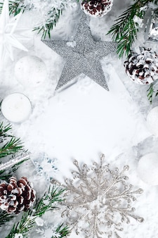 눈에 장식 된 전나무 트리 크리스마스 카드입니다.
