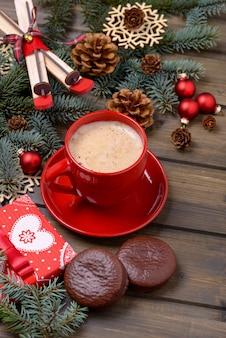 モミと木の背景にコーヒーとクッキーとコーンツリーのクリスマスカード