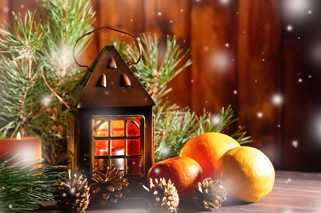 モミの木の枝、赤いリボンと装飾、木製の装飾品、紙吹雪のクリスマスカード。コピースペース、上面図
