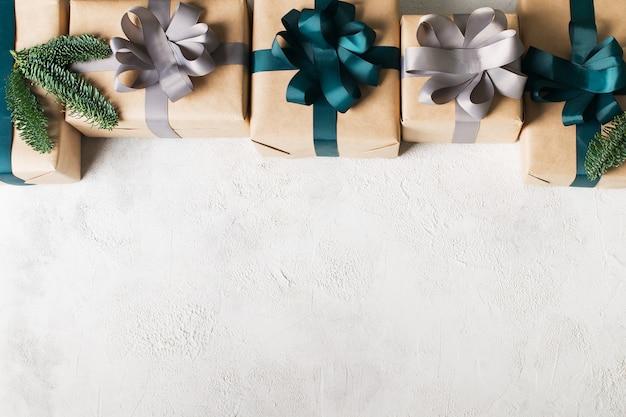 白い背景、コピースペース、上面図にギフトボックスフレームとクリスマスカード