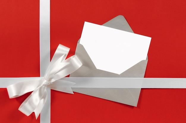 Рождественская открытка с подарочной лентой и бантом
