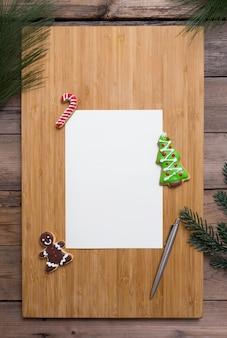 ジンジャーブレッドのクッキー付きのクリスマスカード