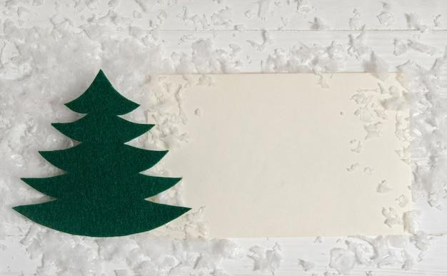 Рождественская открытка со снегом и елью. плоская планировка