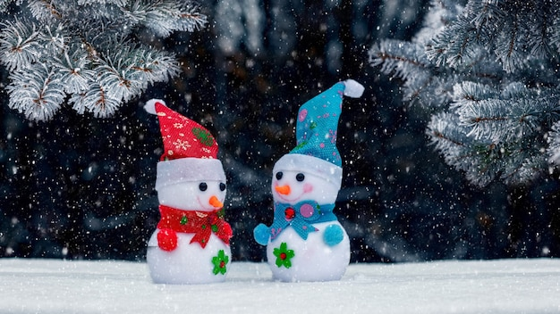 강설량 동안 어두운 배경에 크리스마스 트리 근처 숲에 눈사람이 있는 크리스마스 카드
