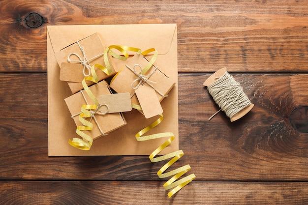 Рождественские картонные подарочные коробки с биркой и бечевкой на конверте