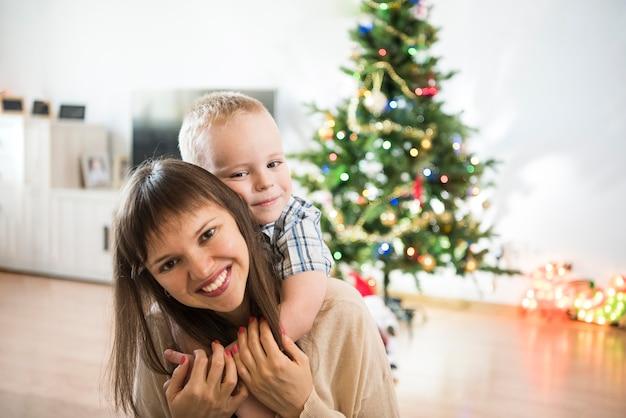 Празднование рождества семья в комнате с елкой