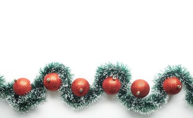 Плоская планировка для празднования рождества с сосновой веткой и орнаментом из красных шаров