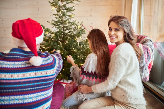 リビングルームでのクリスマスのお祝い